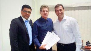 O secretário de Esportes de Vila Pavão, Arnaldo Grunivald, ladeado pelo subsecretário de estado de Esporte e pelo secretário de Estado de Esportes ROberto Ribeiro Crrneiro